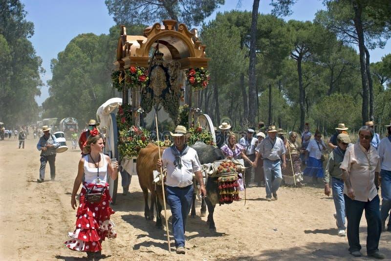 Peregrinos en la trayectoria de bosque polvorienta, EL Rocio, Andalucía fotos de archivo