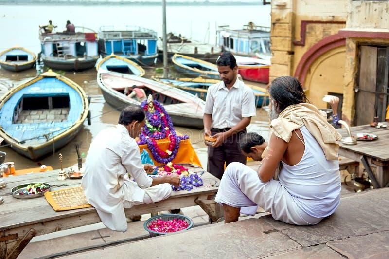 Peregrinos hindu não identificados que preparam-se para o ritual de Ganga Aarti fotografia de stock royalty free