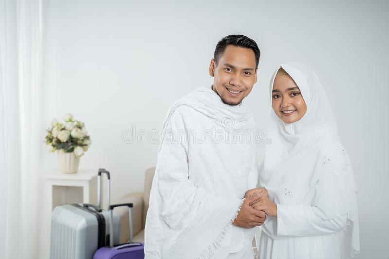 Peregrinos muçulmanos esposa e marido prontos para o Haj imagem de stock