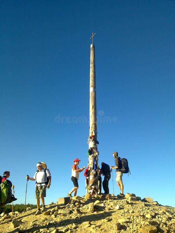 Peregrinos na cruz de Foncebadon Camino de Santiago spain fotografia de stock