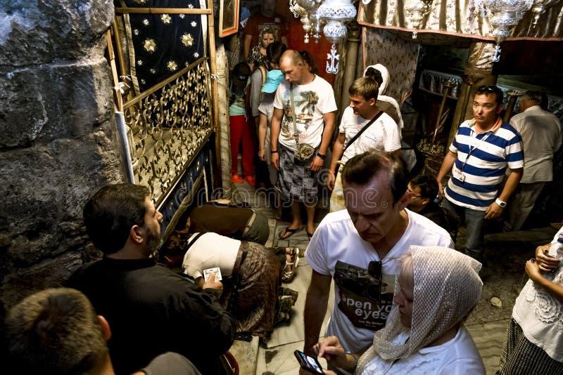Peregrinos na gruta da basílica da natividade em Bethl imagens de stock