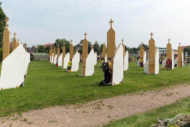 Peregrinos na zona da reconciliação no santuário da mercê divina em Lagiewniki fotos de stock