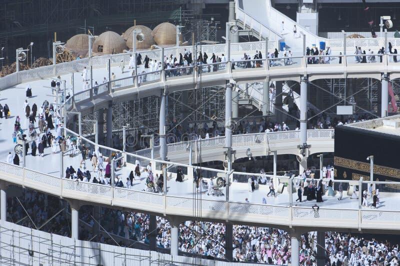 Peregrinos Tawaf alrededor del al-Kaaba mientras que las construcciones son Goin fotos de archivo libres de regalías