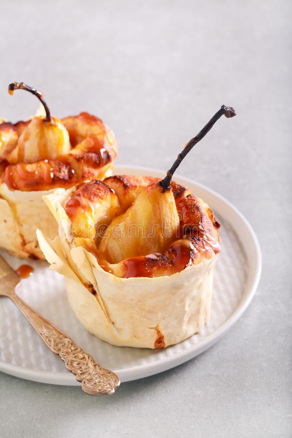 Peren minicake met karamelsaus royalty-vrije stock foto's