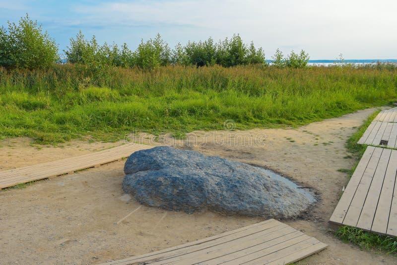Pereslavl-Zalessky, Russia, il 2 settembre 2018: La pietra blu sulle banche del lago Pleshcheyevo in Pereslavl-Zalessky ritual fotografia stock