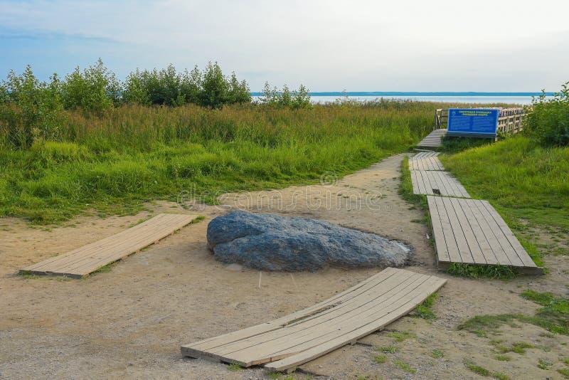 Pereslavl-Zalessky, Russia, il 2 settembre 2018: La pietra blu sulle banche del lago Pleshcheyevo in Pereslavl-Zalessky ritual immagine stock