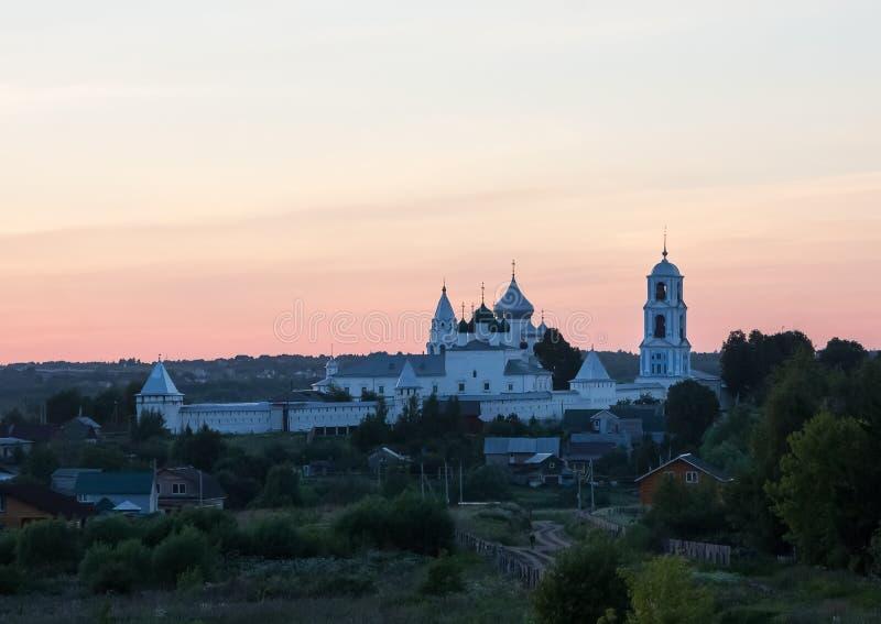 Pereslavl-Zalessky, Yaroslavl-gebied, Rusland Nikitskyklooster bij zonsondergang royalty-vrije stock foto's