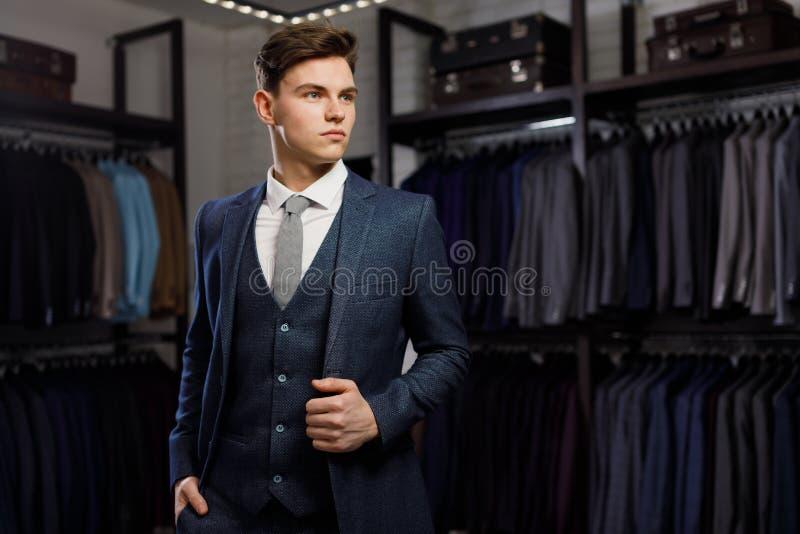 Perfeccione al detalle pasado Hombre de negocios moderno Forme el tiro de un hombre joven hermoso en traje clásico elegante ` S d fotos de archivo libres de regalías