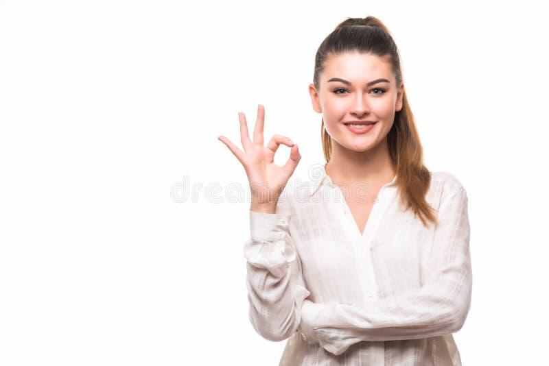 Perfeccione - a la mujer de negocios que muestra la sonrisa ACEPTABLE de la muestra de la mano feliz Empresaria caucásica imagenes de archivo