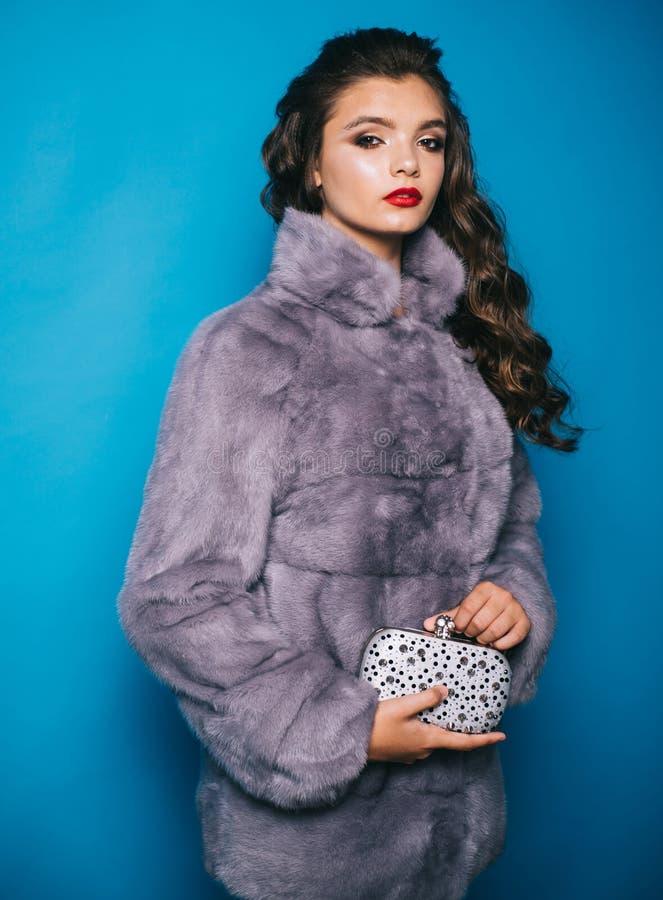 Perfeccione para el fr?o del invierno Abrigo de invierno elegante del desgaste de mujer joven Mujer bonita en abrigo de pieles de foto de archivo libre de regalías