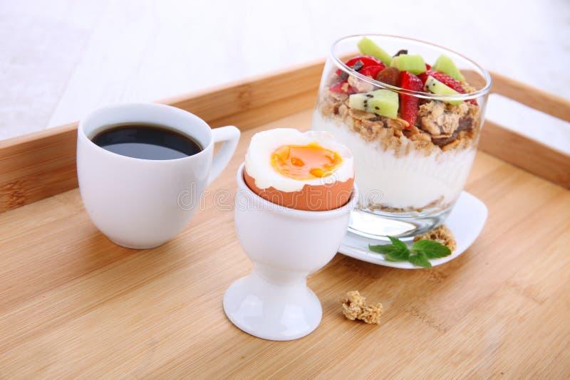 Perfect śniadanie z gotowanym jajkiem obrazy stock