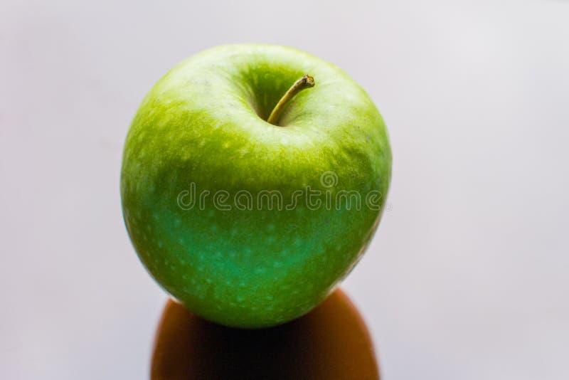 Perfect świeży zielony jabłko odizolowywający obrazy royalty free