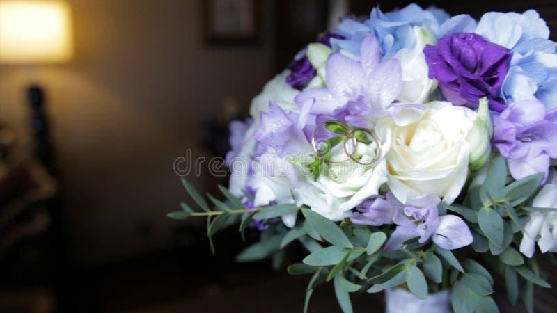 Perfect bukiet creme luksusowe róże dla poślubiać, urodziny lub walentynki ` s, dzień Czarny stary drewniany tło, odgórny widok zdjęcia royalty free