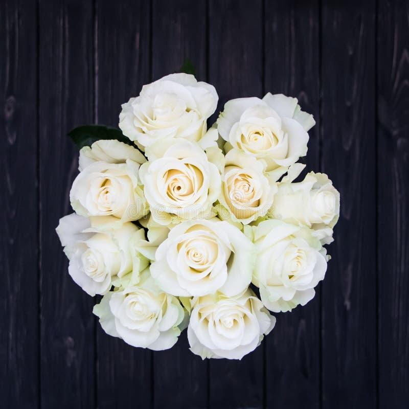 Perfect bukiet creme luksusowe róże dla poślubiać, urodziny lub walentynki ` s, dzień Odgórny widok fotografia stock