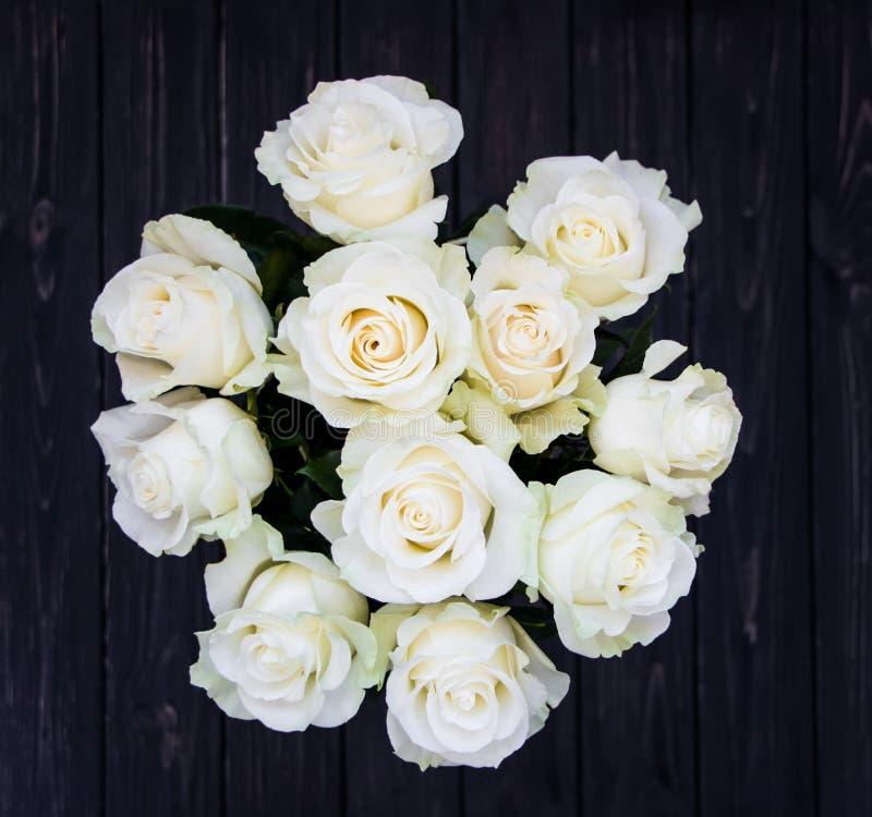 Perfect bukiet creme luksusowe róże dla poślubiać, urodziny lub walentynki ` s, dzień Odgórny widok zdjęcie royalty free