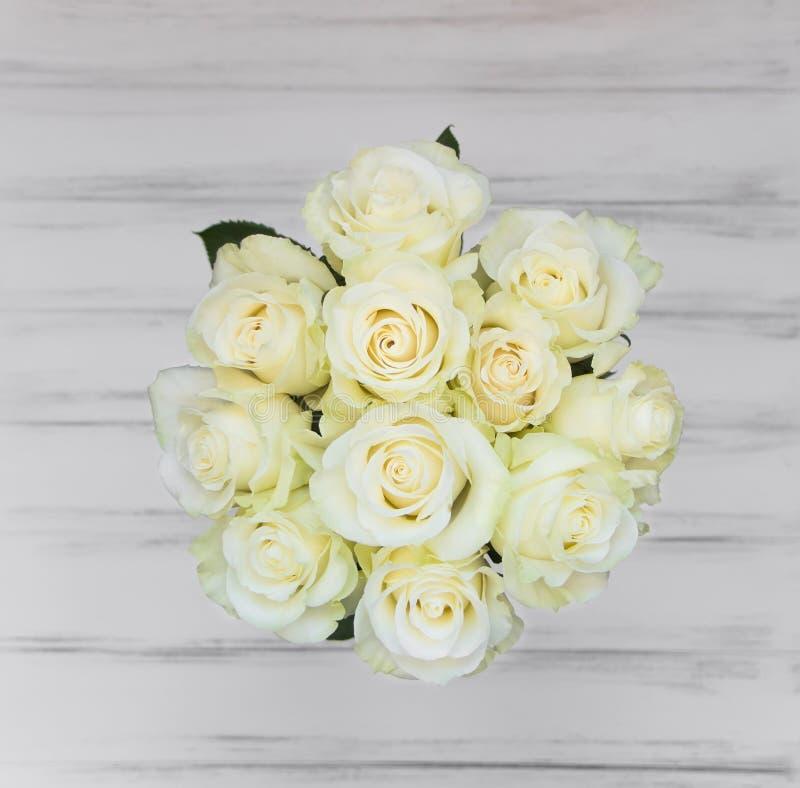 Perfect bukiet creme luksusowe róże dla poślubiać, urodziny lub walentynki ` s, dzień Odgórny widok obrazy royalty free