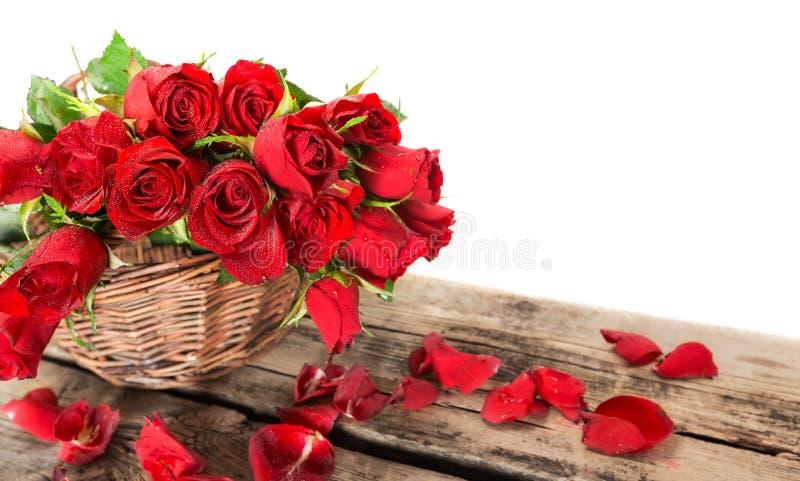 Perfect czerwone róże na drewnianym tle obraz stock