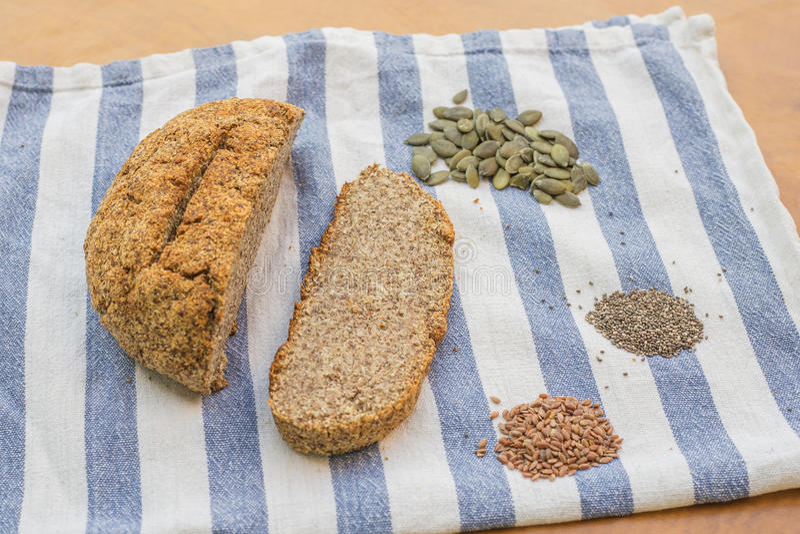 Perfect dokrętka i ziarna chlebowi z bani, lna i chia ziarnami na kuchennym płótnie, obraz royalty free