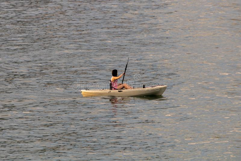 Perfect dzień dla kayaking Piękna młoda kobieta paddling podczas gdy siedzący w kajaku zdjęcia royalty free