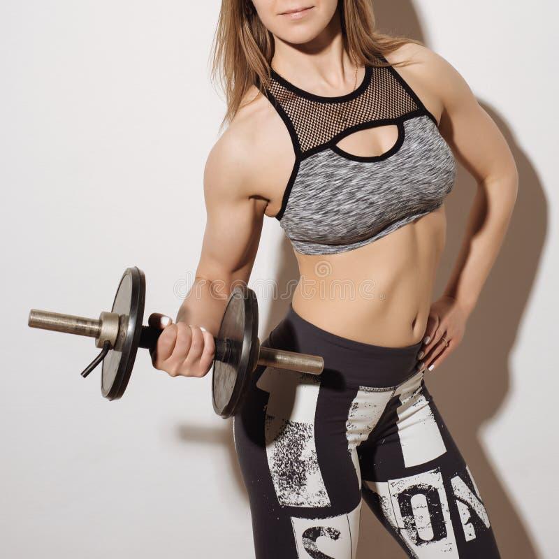 Perfect geschiktheidslichaam van mooie vrouw Fitness Instructeur in Sporten Kleding stock afbeelding