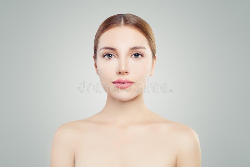 Perfect gezicht Jonge vrouw met duidelijke huid Mooi meisje die camera, portret bekijken royalty-vrije stock afbeeldingen