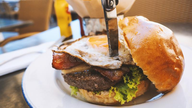 Perfect hamburgeru posiłek w hard rock restauraci zdjęcie stock