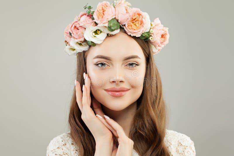Perfect Jong ModelWoman met Gezonde Duidelijke Huid, Natuurlijke Make-up, Manicure en Bloemen royalty-vrije stock foto