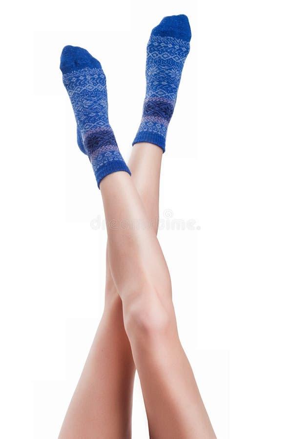 Perfect kobiet nogi w błękitnych trykotowych skarpetach fotografia royalty free