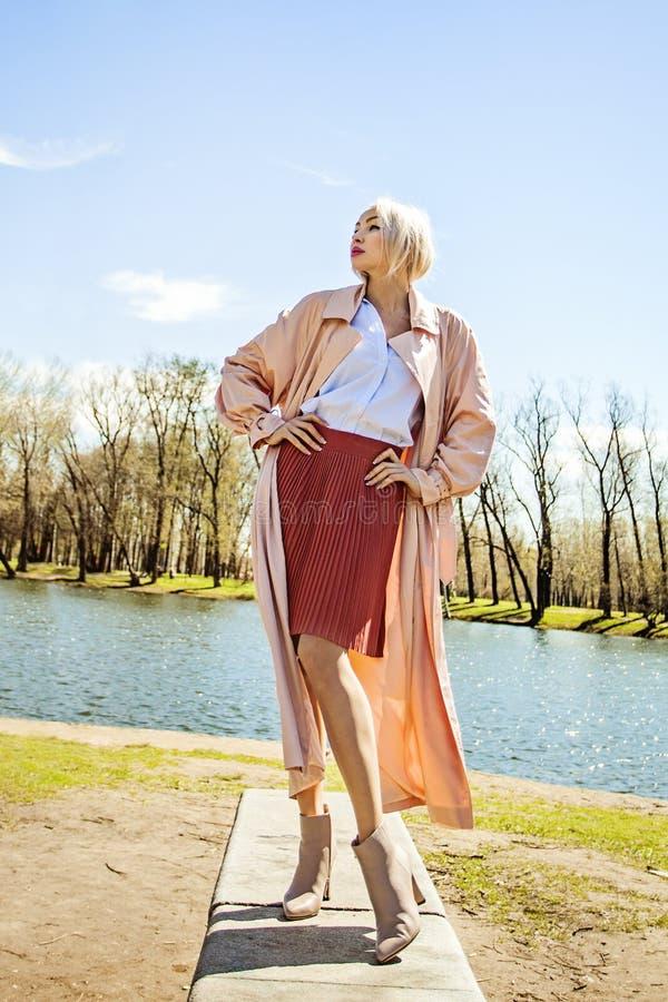 Perfect kobieta Jest ubranym Różowego Silky deszczowa, spódnica, bluzka zdjęcia stock