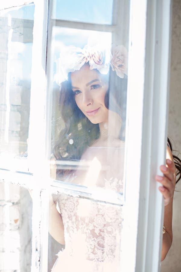 Perfect kobiety mody model z kwiatów Czekać obraz royalty free