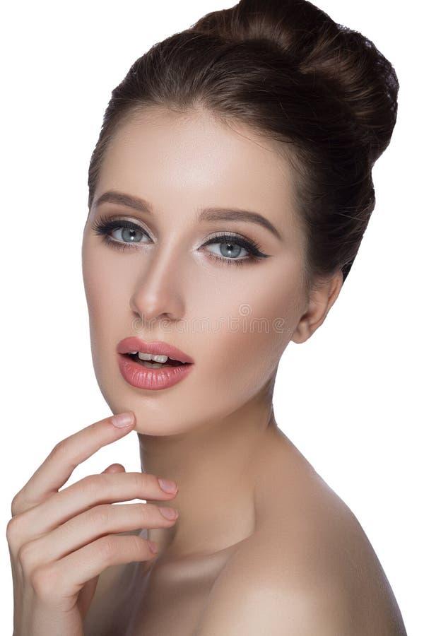 Perfect kobiety twarzy portreta wargi z mody pomadki naturalnym beżowym matte makeup Piękno brunetki seksownej wzorcowej dziewczy zdjęcie stock
