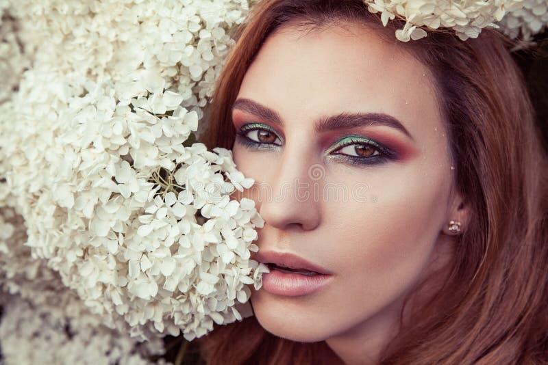 Perfect makeup, oko, lipsick i wargi, Model Patrzeje kamerę zdjęcia stock