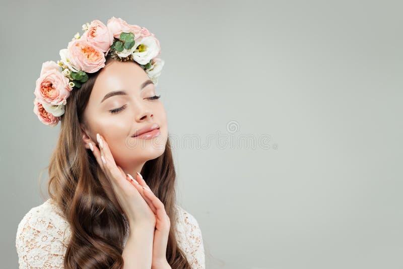 Perfect Mooi Vrouwenportret Vrolijk Vrouwelijk Model in Bloemen op haar Hoofd royalty-vrije stock foto's