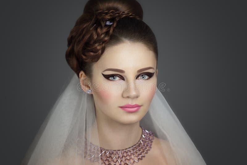 Perfect panny młodej zakończenie up uzupełniał włosy suknię obrazy stock