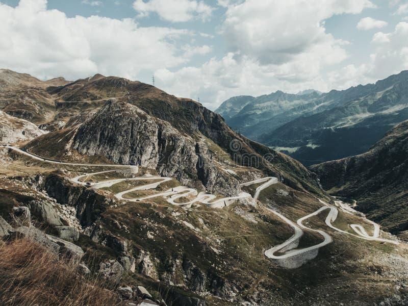 Perfect pasmo górskie z imponująco drogą i widok z lotu ptaka obrazy royalty free