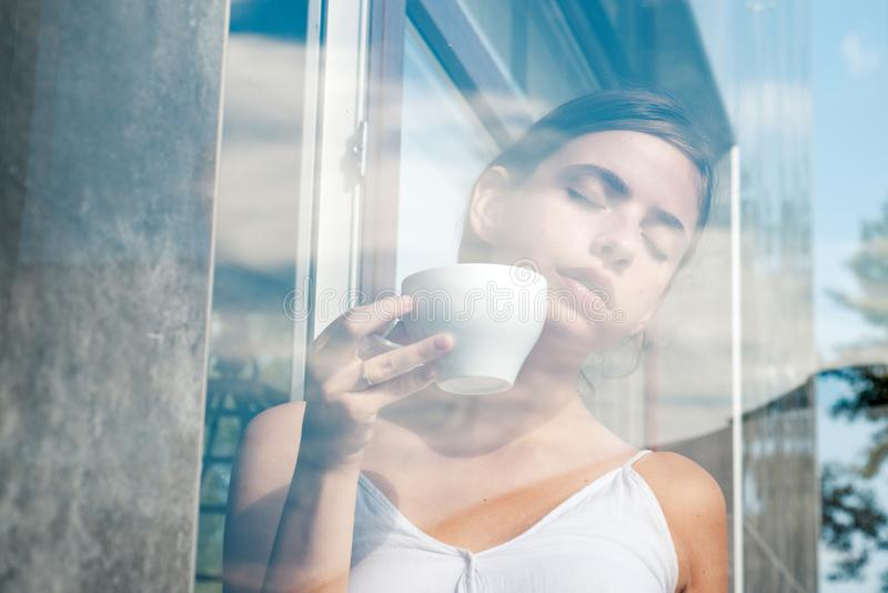 perfect ranek z najlepszy kawą Kobieta napoju kawa od filiżanki dziewczyna relaksuje w kawiarni i napoju americano lub kawy espre zdjęcie royalty free