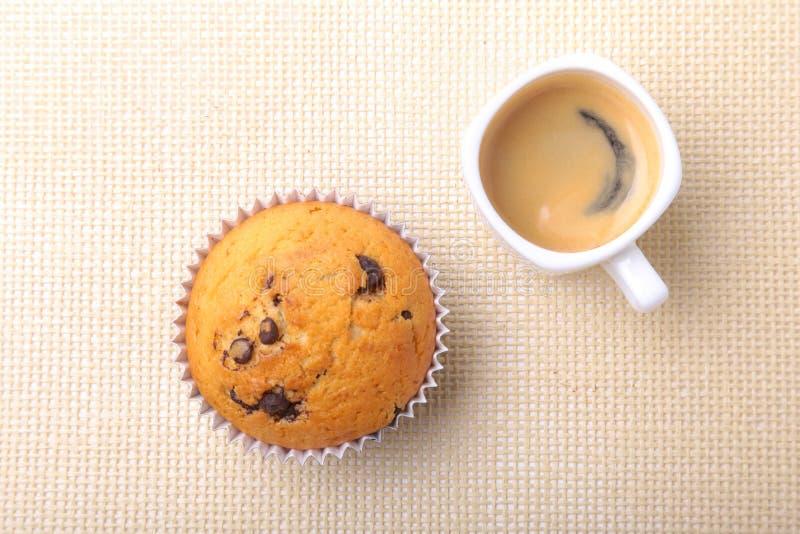 Perfect ranku śniadanie z Wyśmienicie domowej roboty babeczkami z rodzynkami, czekoladowymi układami scalonymi i kawy espresso ka obrazy stock