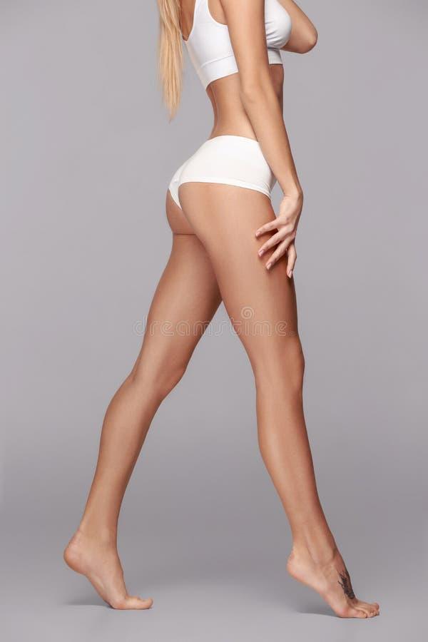 Perfect slank gestemd jong lichaam van het meisje royalty-vrije stock foto's