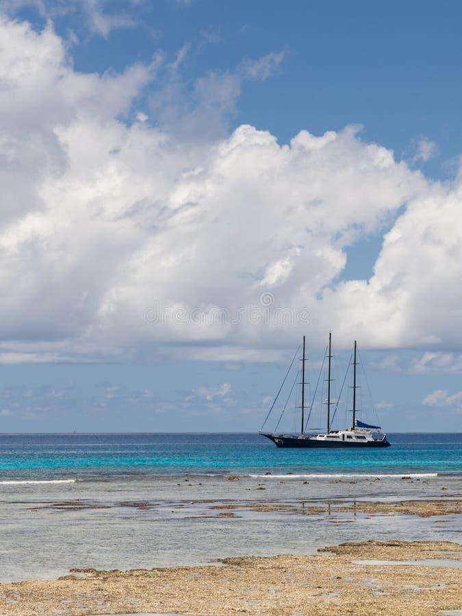 Download Perfect varend jacht stock afbeelding. Afbeelding bestaande uit oceaan - 54086593