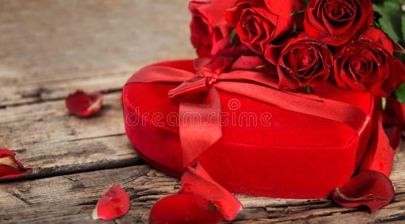 Perfect walentynek czerwone róże i teraźniejszy serce boksują fotografia royalty free