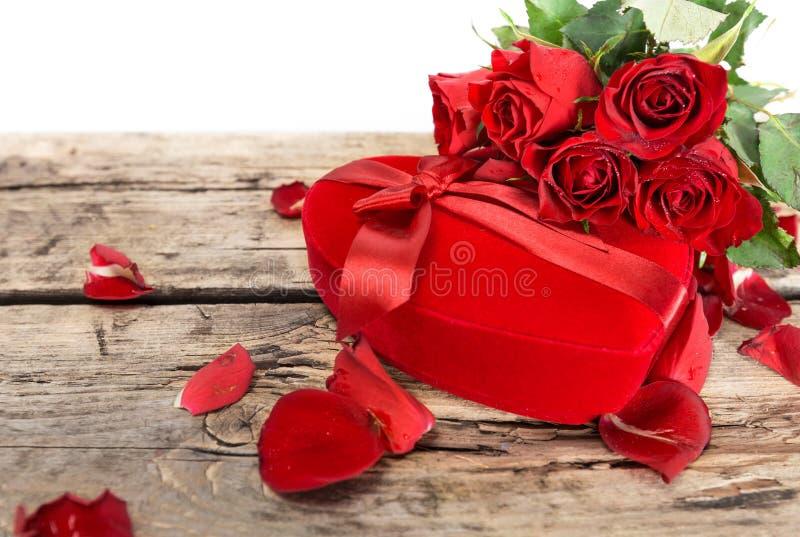 Perfect walentynek czerwone róże z sercem kształtowali prezenta pudełko obrazy stock