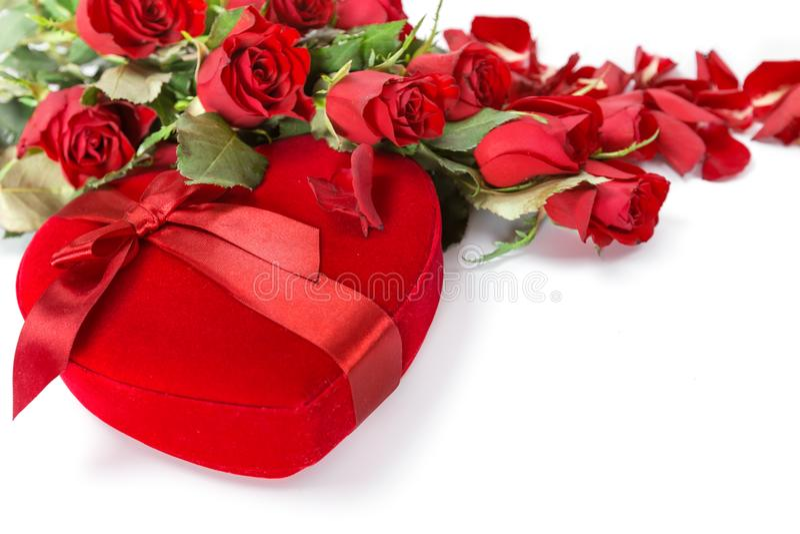 Perfect walentynek czerwone róże z sercem kształtowali prezenta pudełko fotografia stock
