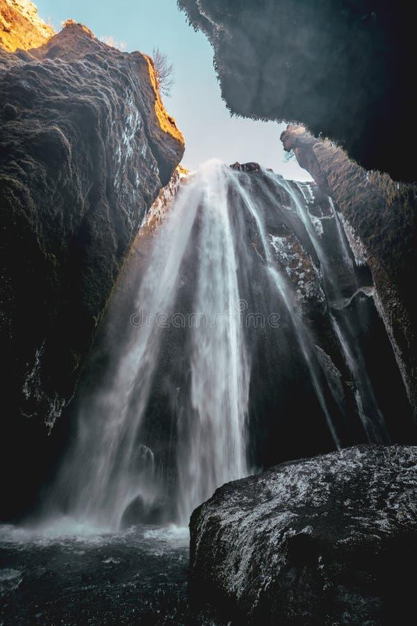 Perfect widok sławna potężna Gljufrabui kaskada Lokaci Seljalandsfoss spadek, Iceland, Europa Sceniczny wizerunek zdjęcia stock
