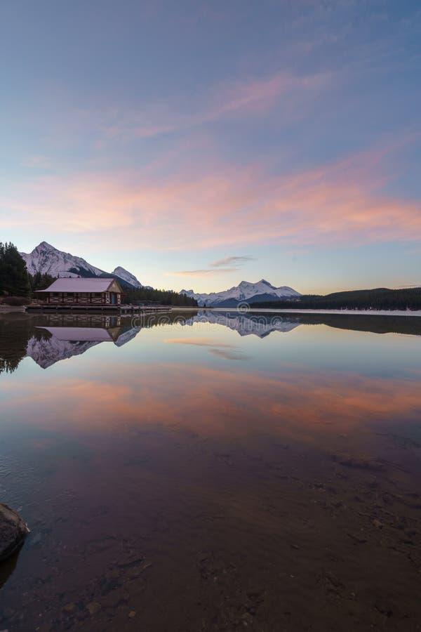Perfecte bezinning in Maligne-Meer, Jasper National Park Alberta Canada stock afbeelding