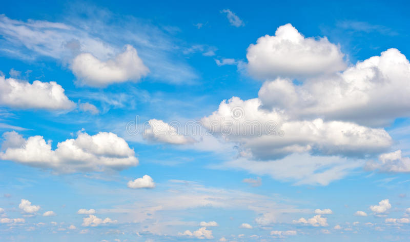 Perfecte blauwe hemel met witte wolken stock foto
