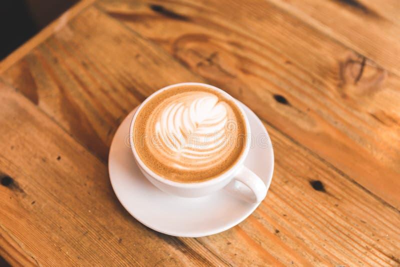 Perfecte cappuccino in witte kop op houten lijst stock afbeeldingen