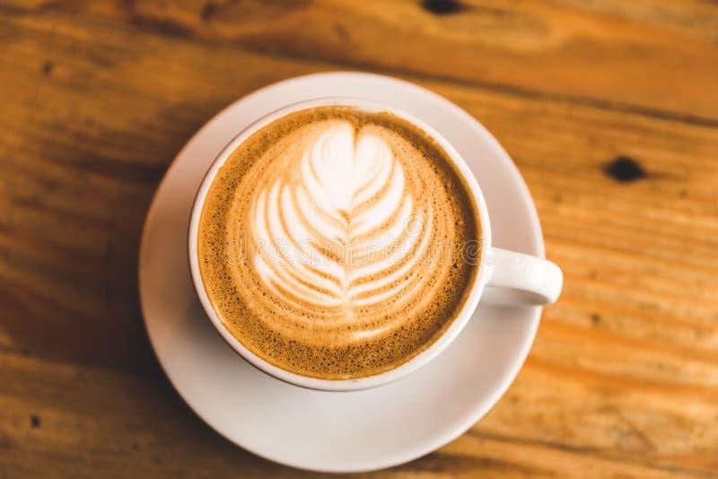 Perfecte cappuccino in witte kop op houten lijst royalty-vrije stock foto's