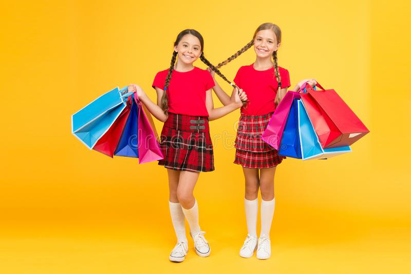 Perfecte Dag schoolmeisjes met pakketten aankoop Zwarte vrijdag De vakantie stelt voor Verkoop en korting Het shoping van meisjes stock afbeelding