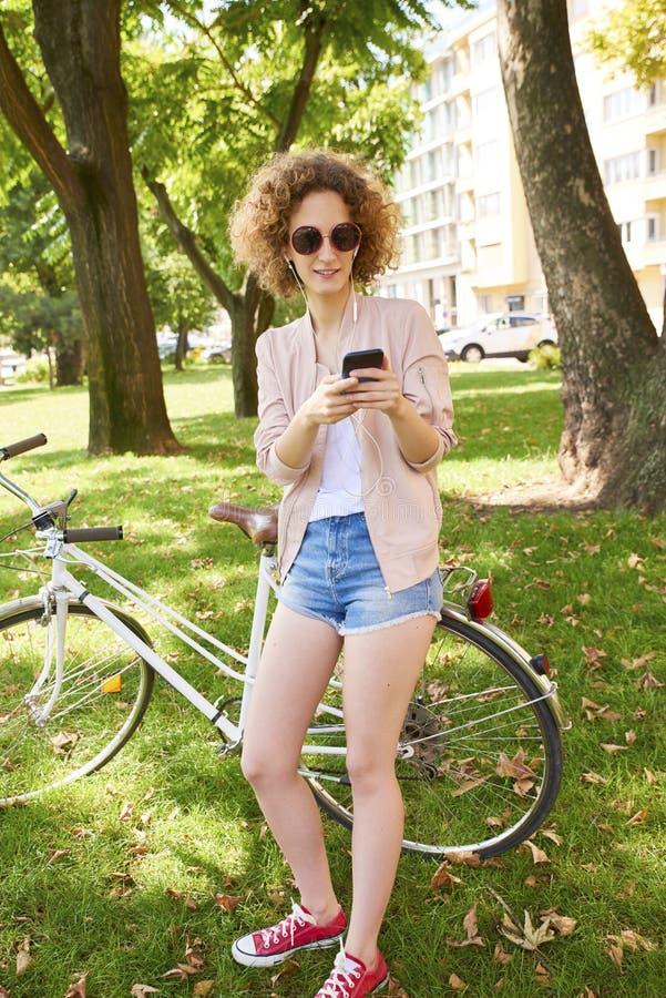 Perfecte de zomerdag in de stad royalty-vrije stock afbeelding