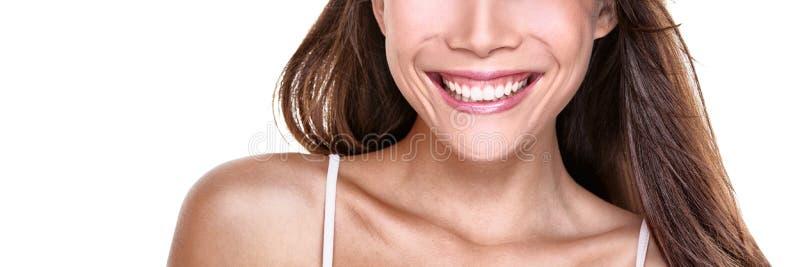 Perfecte glimlach glimlachende vrouw met witte tanden op witte achtergrondexemplaar ruimtebanner Close-up van mond en glimlach royalty-vrije stock foto's